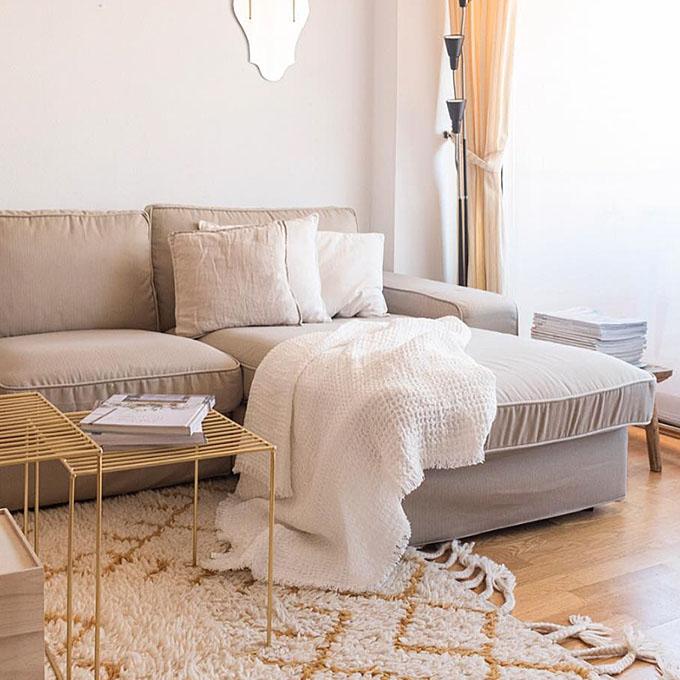 Un sofa con una nueva funda