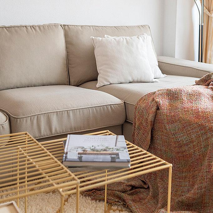 Un sofá con una funda